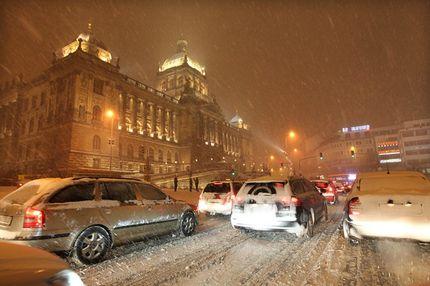 Автомашины в центре Праги едут со скоростью пешехода